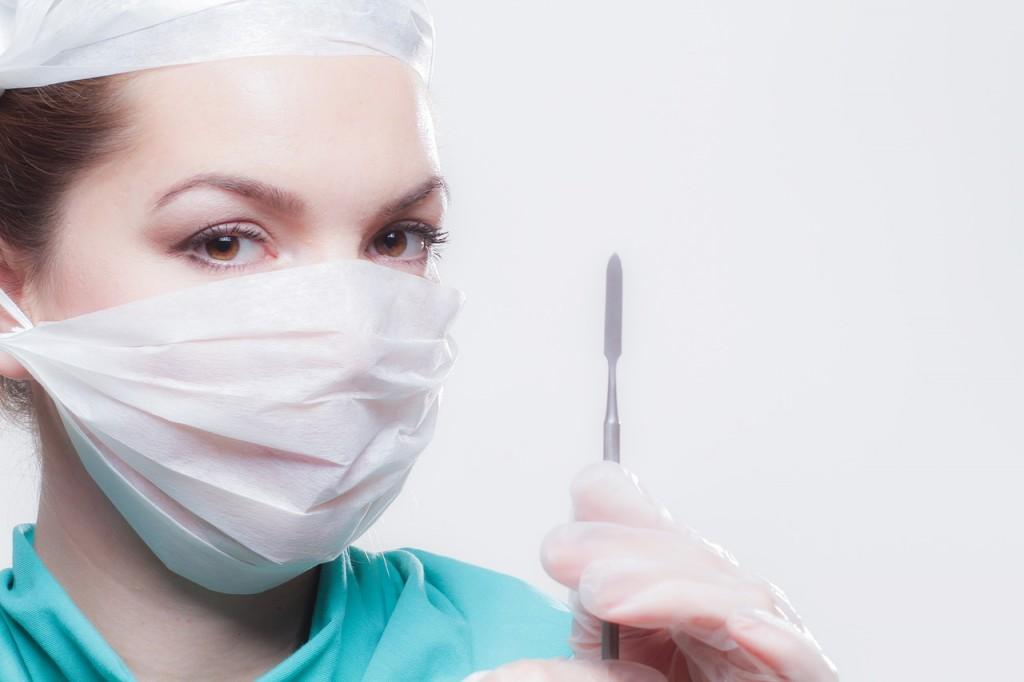 רופאה עם כיסוי פנים