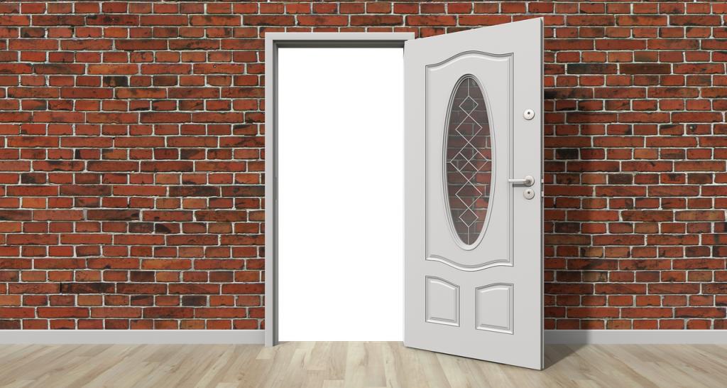 מה עדיף דלת זכוכית או דלת מעץ מלא ומה קורה אם נשברה עליי הדלת