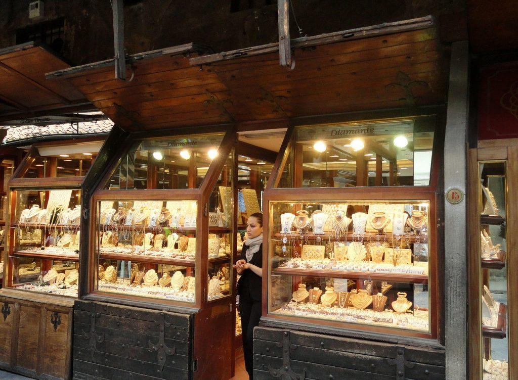 חנות תכשיטים מוארת