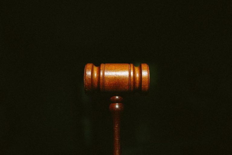 פטיש מעץ - אילוסטרציה לתביעה