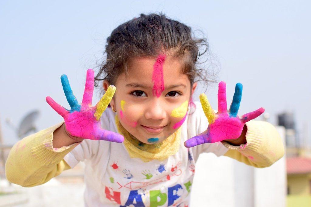 ילדה עם ידיים צבועות