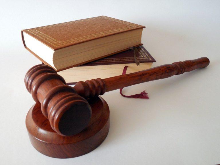 פטיש וספר של שופט