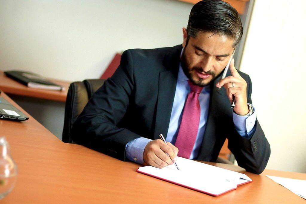 עורך דין מדבר בטלפון